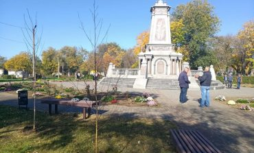 Болград: возле памятника ополченцам высадили полтора десятка берёз (фото)