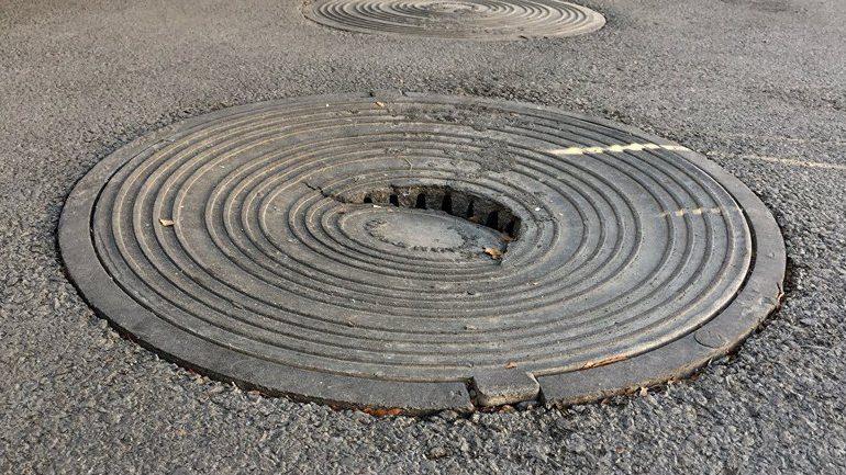 В Сарате на замену крышек канализационных люков потратят 300 тысяч