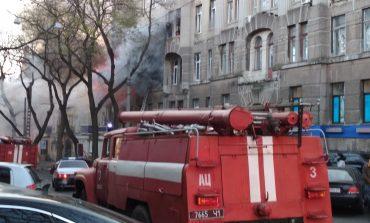 В Одессе пожар в многоэтажке. Люди зовут на помощь (фото)