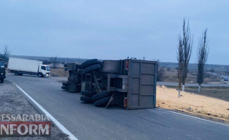 Измаильский район: на трассе Одесса-Рени перевернулся КамАЗ с зерном