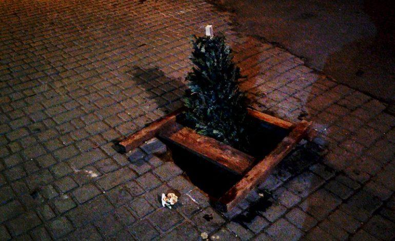 Опасный провал в центре Одессы обозначили выброшенной елкой (фото)