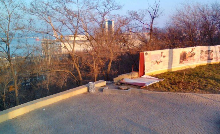 Возле Воронцовской колоннады упала секция забора (фото)
