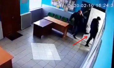 Скандал в Арцизе: местный депутат исподтишка ударил юриста горсовета (видео)