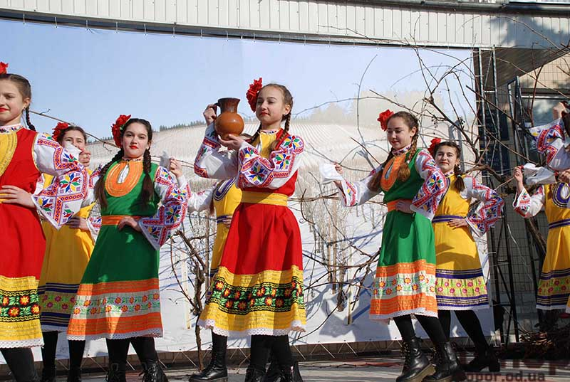 Много фоток здесь https://topor.od.ua/festivaly-trifon-zarezan-v-bolgrade-foto/