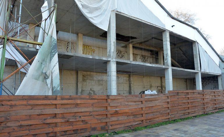 Результаты непогоды: в Греческом парке обнажились «внутренности» старого ресторана (фото)
