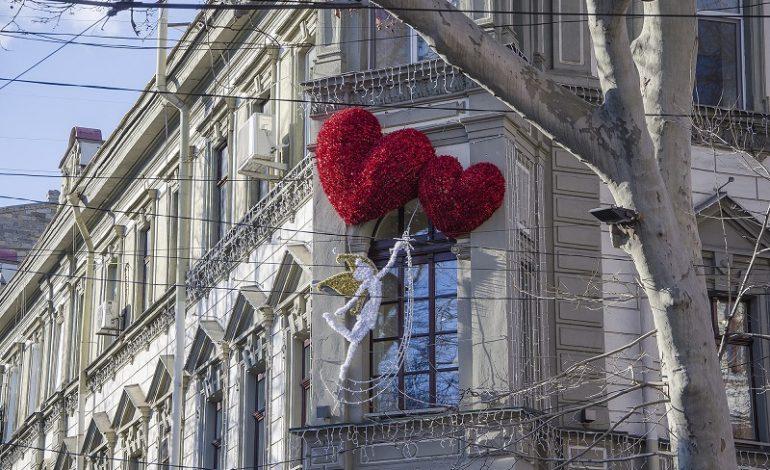 Здание бывшей гостиницы в Одессе украсила необычная скульптура (фото)