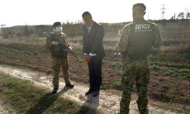 Одесская область: украинец в костюме с галстуком прорывался в Молдову по полям (фото)