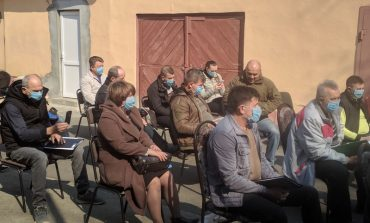 Депутаты Ренийского горсовета в защитных масках и на открытом воздухе провели сессию