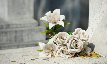 В Саратском районе людей призывают не приносить искусственные цветы и венки на кладбище