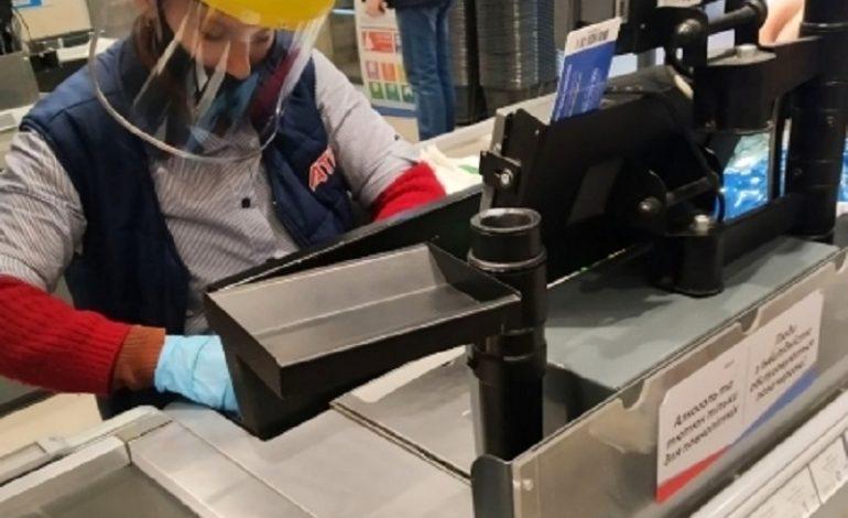 Кассиры одесских супермаркетов работают в шлемах