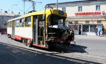 В Одессе на Пересыпи трамвай столкнулся с фурой (фото)