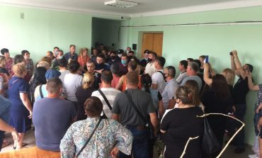 Болград: предприниматели ворвались в здание райгосадминистрации, требуя не закрывать их на карантин (фото, видео)