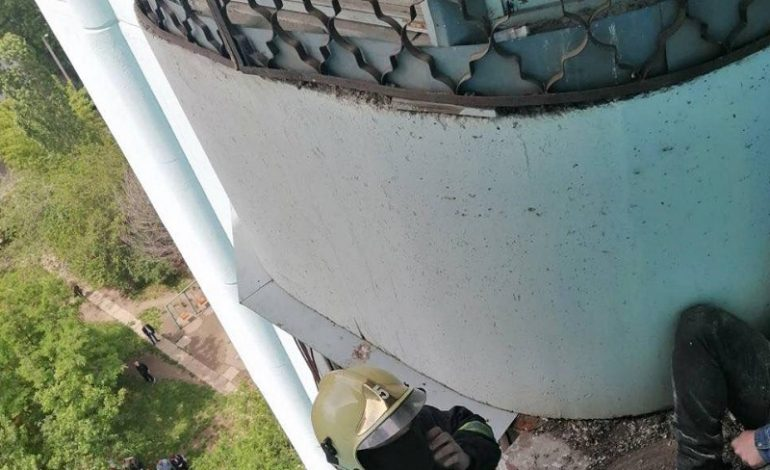 В Одессе спасали человека на высоте десятого этажа