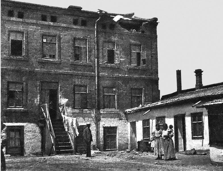 разрушенный выстрелом дом