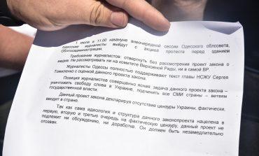 В Одессе представители региональных СМИ вышли на акцию протеста (фото)