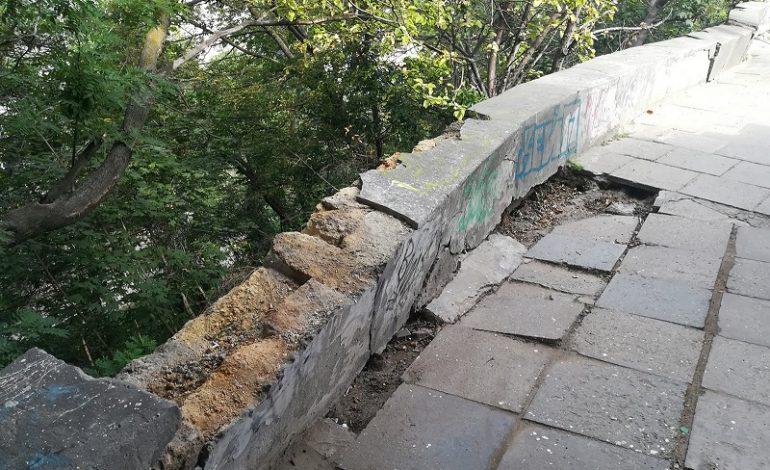 Мусор под Тещиным мостом: опасность пожара и туристическая привлекательность (фото)