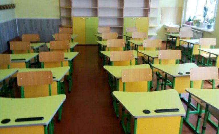 В Арцизском районе продолжают обновлять мебель для первоклашек