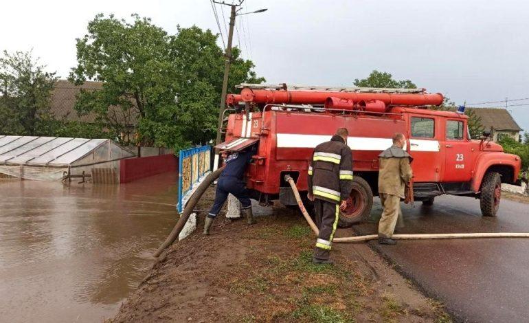 Ливень в Одесской области: в нескольких районах спасатели продолжают откачивать воду (фото)
