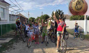 В селе на юге Одесской области с детьми провел тренировку известный велосипедист