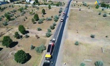 На автодороге Болград-Кубей начали укладывать асфальт
