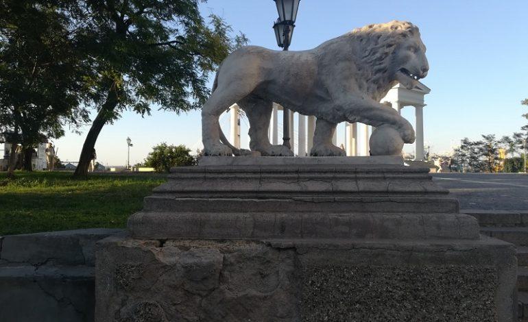 Основание постамента льва у Воронцовского дворца разрушается (фото)