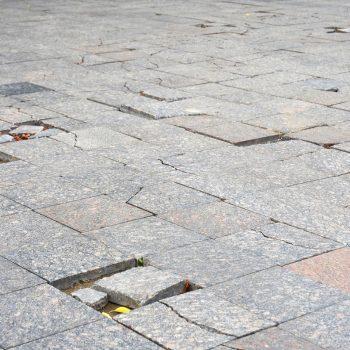 Опасная плитка на Приморском бульваре (ФОТО)