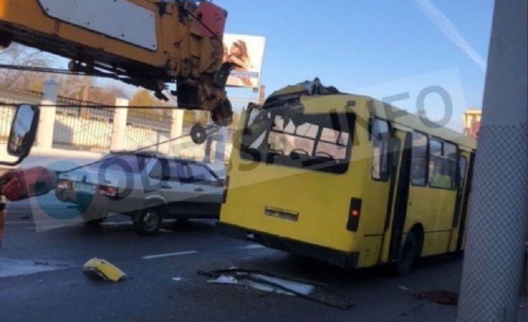 В Одессе кран разбил маршрутку, есть пострадавшие
