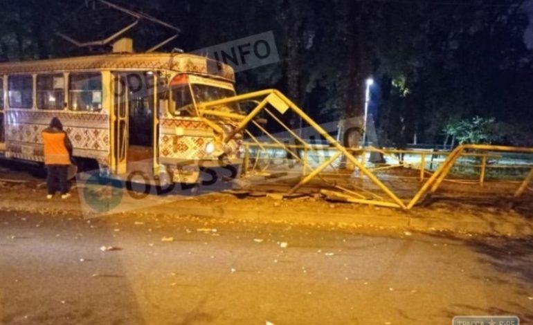 Трамвай снес ограду в центре Одессы