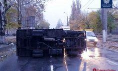 В Одессе на Пересыпи опрокинулся грузовик