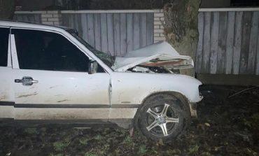 В Измаильском районе Mercedes влетел в дерево: пострадало несколько человек