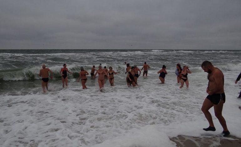 В Одессе «моржи» устроили заплыв несмотря на шторм