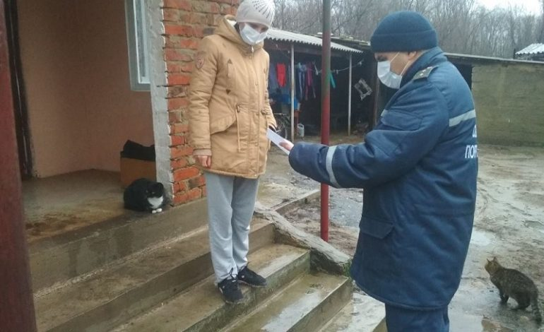В Тарутинском районе спасатели обходят дома