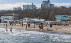 В первый день нового года одесситы отправились на море (ФОТО)
