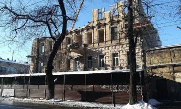 В центре Одессы демонтируют аварийный дом (фото)