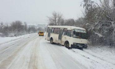 В Арцизе из-за скользкой дороги маршрутка съехала в кювет