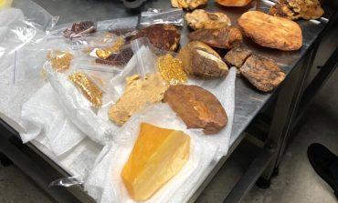 """3,5 кг янтаря выявлены в багаже пассажира в аэропорту """"Борисполь"""""""