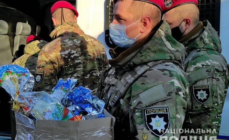 Полицейский спецназ доставил рождественские подарки детям в Саратском, Тарутинском и Арцизском районах (фото)