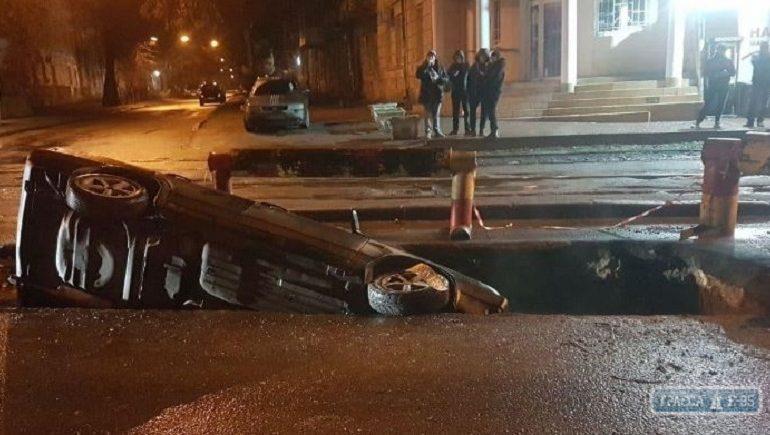 В Одессе авто провалилось в яму, оставленную коммунальщиками на дороге
