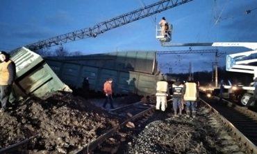 Под Днепром перевернулись восемь вагонов поезда