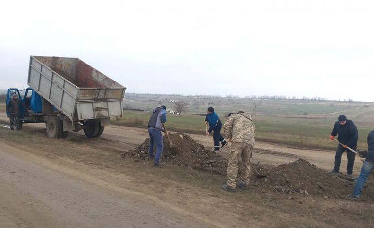 Жители Болградского района продолжают ремонтировать дороги своими силами (фото)