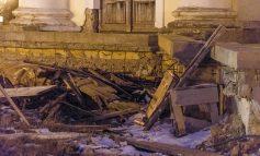 Сильный ветер в Одессе повалил забор у Воронцовского дворца (ФОТО)