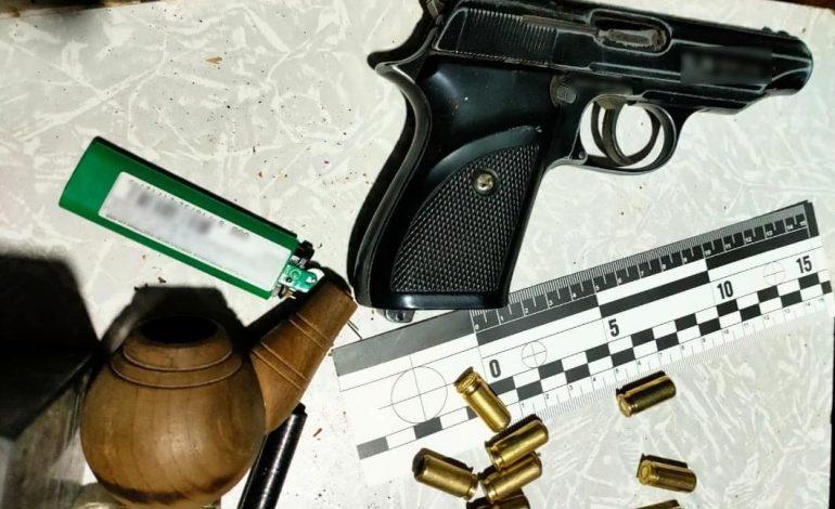 В Болградском районе мужчины хранили в сарае наркотики и оружие