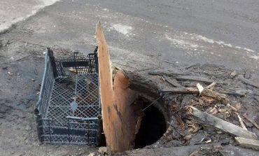 В Арцизе канализационные люки ремонтируют… ящиками и ветками (фотофакт)