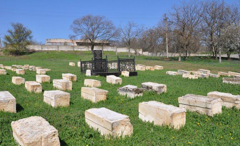 В Сарате на Лютеранском кладбище высадили дубы (фото)
