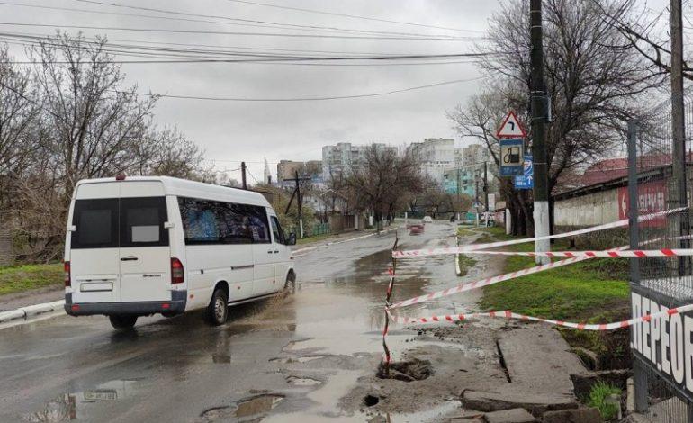 В Белгороде-Днестровском вновь провалился асфальт, но на краю города