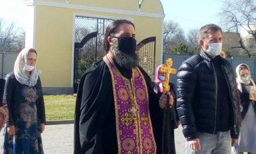 На въезде в Измаил священники мужского монастыря молились об избавлении от пандемии (фото)