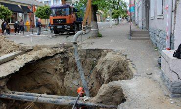 В Белгороде-Днестровском приступили к  ликвидации провала по ул. Еврейской