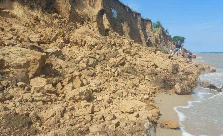 На курорте в Одесской области на пляже случился оползень (видео)