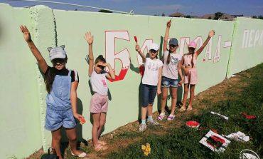 В Болграде невзрачный забор превращают в часть праздника