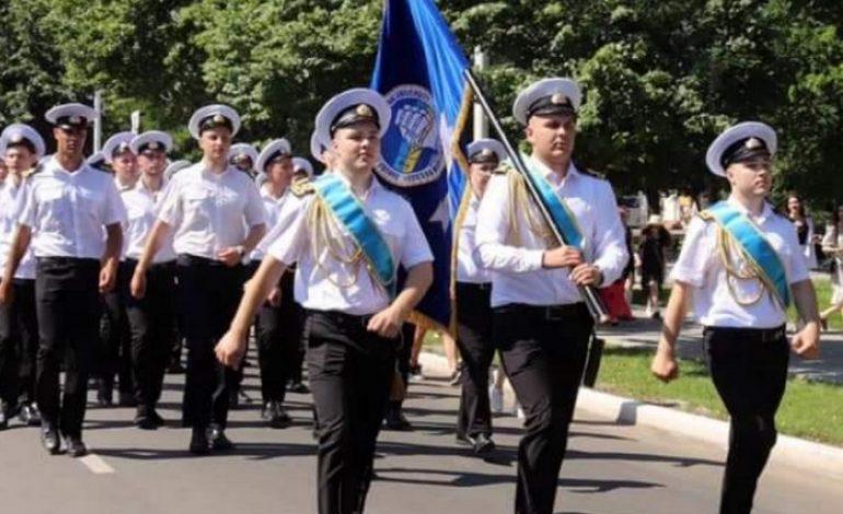 Первые офицерские погоны для выпускников Дунайского Института ОМА
